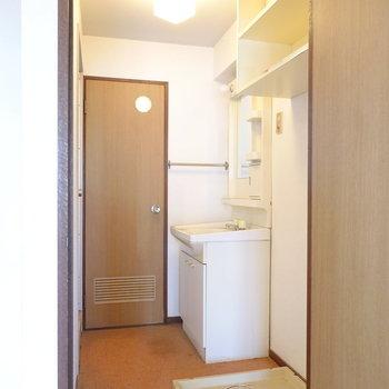 独立洗面台と洗濯パンのあるコンパクトな脱衣室です。(※写真は似た間取りの別部屋のもの)