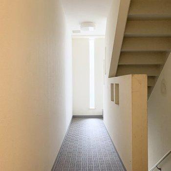 4階までは階段です