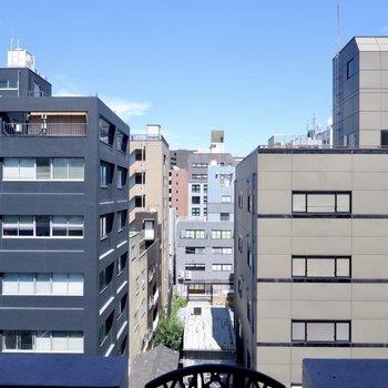 周辺はマンションやオフィスが立ち並びます。