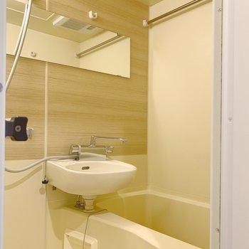 横長の鏡が付いたバスルーム。