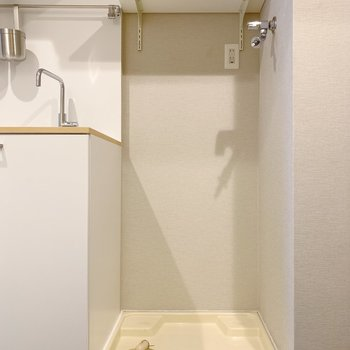 洗濯機の上には洗剤などを置ける棚付き。