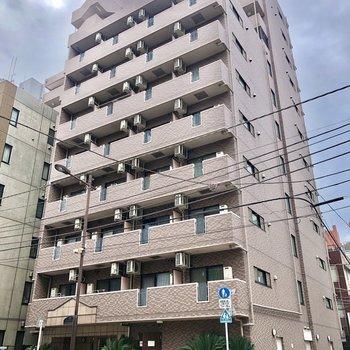 大通り沿いの大きなマンション。お部屋は通りに面していませんよ。