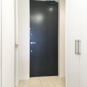 フラットタイプの玄関はお部屋に開放感を与えてくれますよ。