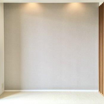 窓側のスペースは寝室向きですね。アクセントクロスの落ち着いた色合いは、リラックス効果が期待できます。