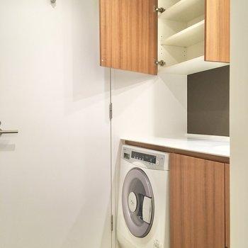 ランドリー付きの洗面台。上部には棚が設置されており、備品をストックしておけます。