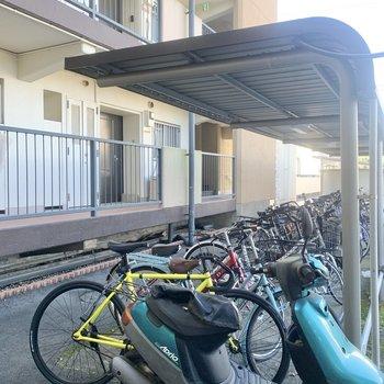 駐輪場は駐車場の後ろに。