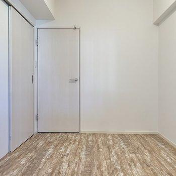 【洋室約4.6帖】正面の扉を開けると……。