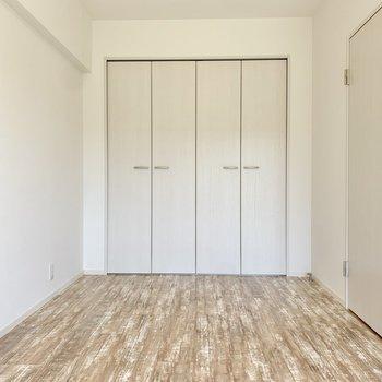 【洋室約6帖】寝具は落ち着いた色でまとめると良さそうです。
