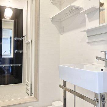 続いてキッチン背面の扉を開いて洗面所へ。