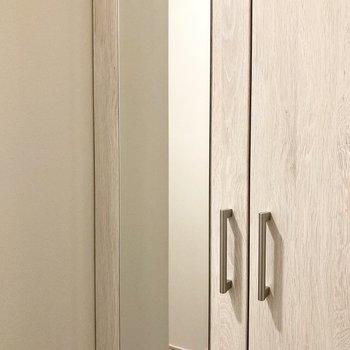 シューズボックスの扉には鏡がついています。