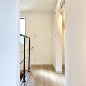 玄関に続く階段横には何やら空間が。