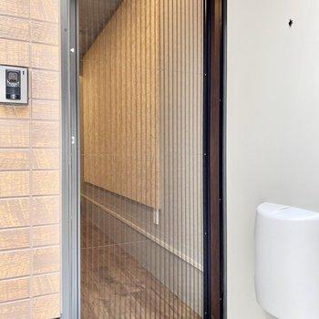 ドアにはスライド式の網戸がついています。