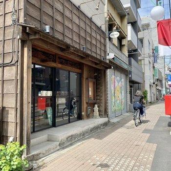 駅までの道中には手作り雑貨店などいろんなお店があります。