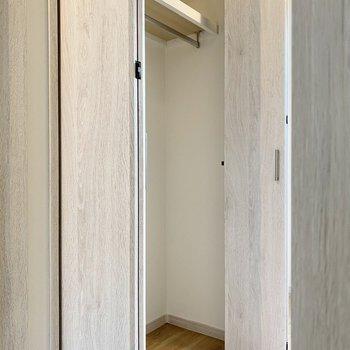 キッチンの向かい側にはクローゼットが。下部に衣装ケースを入れると空間を余さず使えそうです。
