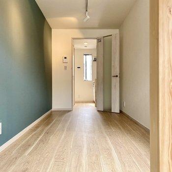 奥行きがあり、家具配置の自由度が高そうです。