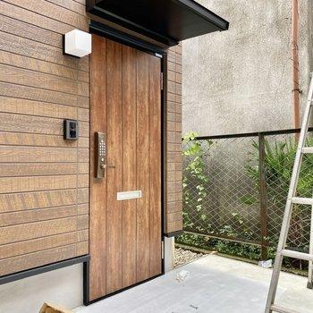 玄関前共用部。暗証番号で施錠・解錠を行います。