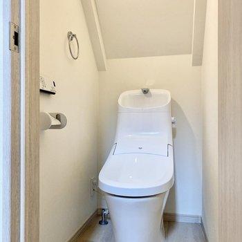 お手洗いは階段正面にあり、温水洗浄便座付きです。