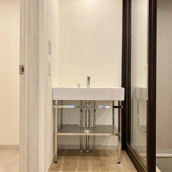 下に着くと廊下突き当りには洗面台が。