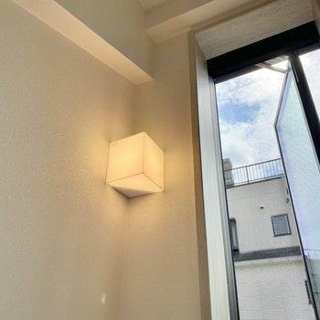 【ディティール】キューブ型の照明がキュートです。