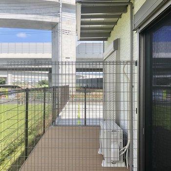 1階の外にはウッドデッキが。広いですが隣とのフェンスは簡易です。