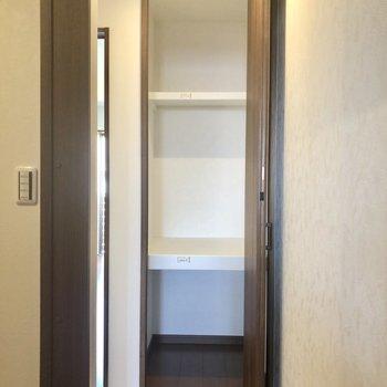 2階の廊下部分に収納スペースがあります。換えのシーツなどを入れておくと良さそう。