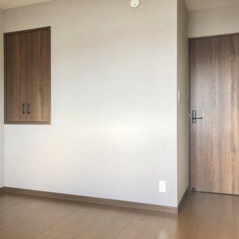 【洋室6.7帖】左の扉は何だろう。