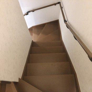 階段には手すりがあり、上り下りが楽になりますね
