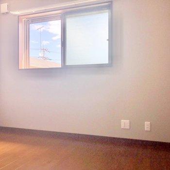 【洋室6.7帖】窓にはすべてシャッターが付いていて外出の際に使うと良さそうです。