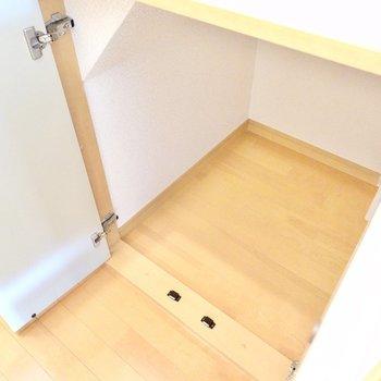 廊下に出て右の階段下にはちょっとした物置きが。掃除道具入れにピッタリ。