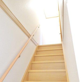 手すり付きの階段を上がって2階へ。まずは南の洋室から。