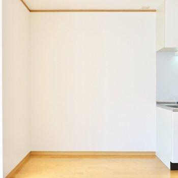 料理にこだわるなら、左のスペースにキッチン家電をまとめて置くと良さそうです。