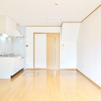 キッチン側をダイニングに。大きな家具も余裕を持って置けるのが嬉しいところ。