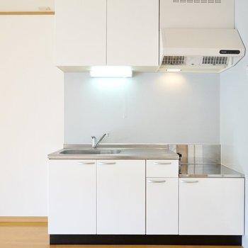 コンロは持ち込み式ですが清潔感のあるキッチン。冷蔵庫置場は左側に。