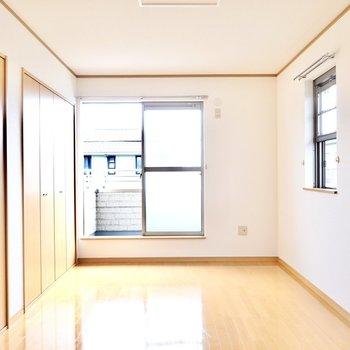 広さは7.5帖。角部屋なので西側にも窓があります。