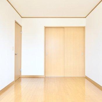 引き戸を閉めればちょうど良いおこもり感に。どちらの洋室からも階段に出られます。