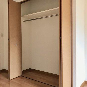 クローゼット、横幅しっかりですよ♩(※写真は2階の反転間取り別部屋のものです)