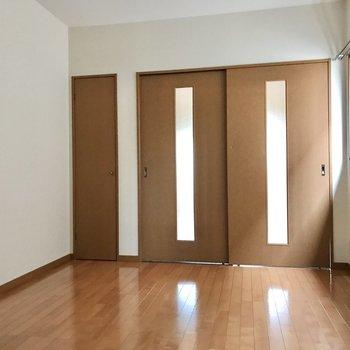 引き戸の横には小さな扉(※写真は2階の反転間取り別部屋のものです)