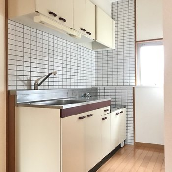 キッチンはレトロな色合いが可愛い(※写真は2階の反転間取り別部屋のものです)