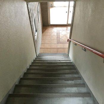 4階まではこの階段をのぼりましょ