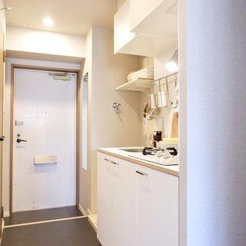 こちらは玄関とキッチン※同じ間取りの別部屋のもの