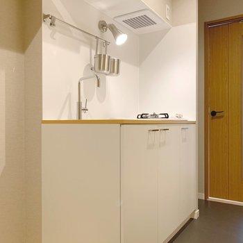 キッチンは廊下に。白くて綺麗〜