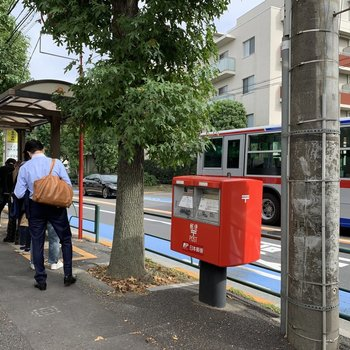 すぐ近くに渋谷方面に行けるバス停があります。