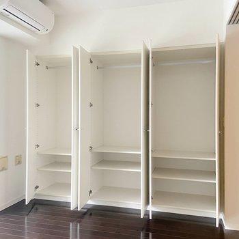 【洋室】小分けにも収納できるのは嬉しいですよね。※写真は2階の同間取り別部屋のものです