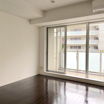 【洋室】南東向きで気持ちよく目覚めることができます。※写真は2階の同間取り別部屋のものです
