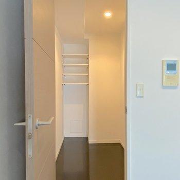 【LDK】整理のしやすいウォークインクローゼットがありますよ。※写真は2階の同間取り別部屋のものです