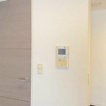 【LDK】モニタ付きのドアホンが設置されています。※写真は2階の同間取り別部屋のものです