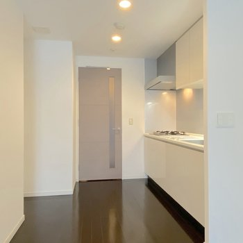 【LDK】廊下を抜けるとまずキッチン。※写真は2階の同間取り別部屋のものです