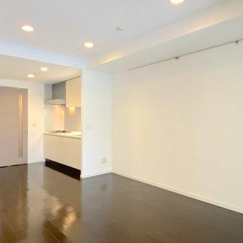 【LDK】テーブルやソファを置いて団欒を楽しんでください。※写真は2階の同間取り別部屋のものです