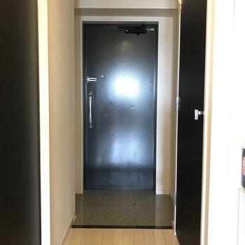 玄関はゆとりがあります※写真は11階の反転間取り別部屋のものです