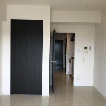 くるっと反対側。居室内にクローゼットがあります。※写真は11階の反転間取り別部屋のものです